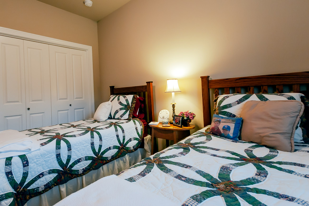 Suncrest bedroom with 2 twin beds